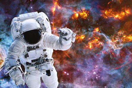 Astronaute près d'une planète qui explose quelque part dans l'espace lointain. Banque d'images