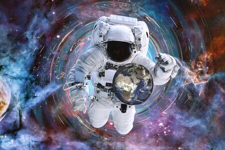 Un hombre astronauta salvó a la Tierra de la crisis en un agujero negro en el espacio exterior. Concepto de evitar desastres globales,