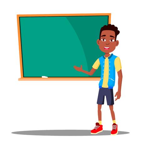 Petit garçon répond au tableau noir dans le vecteur de la salle de classe. Afro américain. L'école. Illustration Vecteurs