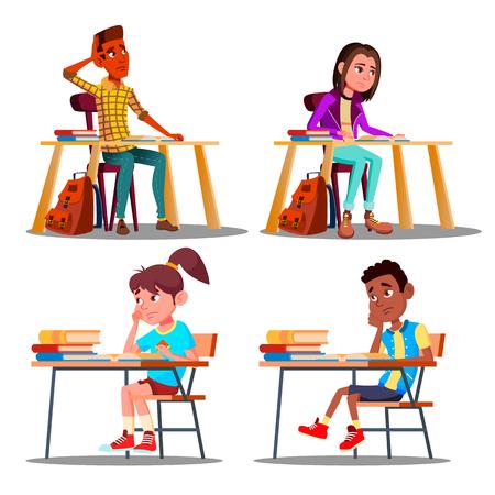 Caracteres alumnos aburridos durante la lección Vector conjunto. Infeliz, aburrido, adolescente, estudiante, niño y niña, cansado, estresado, de, lectura, hacer, tarea. No me gusta la educación plana ilustración de dibujos animados