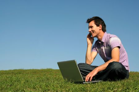 llamando: Hombre trabajando en la computadora port�til al aire libre
