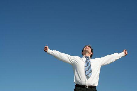 manos levantadas al cielo: Hombre de negocios, con los brazos extendidos  Foto de archivo