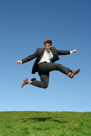 persona saltando: El hombre de negocios que salta para la alegr�a