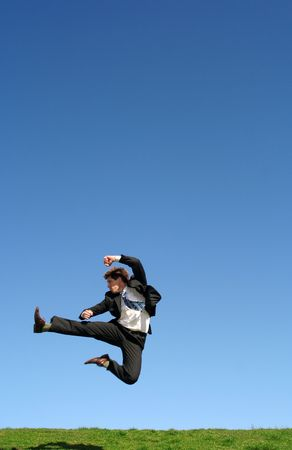 patada: Empresario saltando de alegr�a