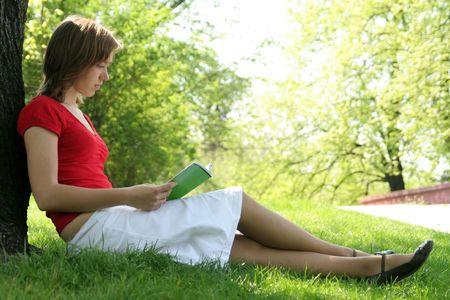 mujer leyendo libro: Mujer libro de lectura en el parque  Foto de archivo