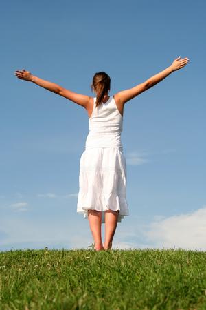 manos levantadas al cielo: Mujer con los brazos extendido  Foto de archivo