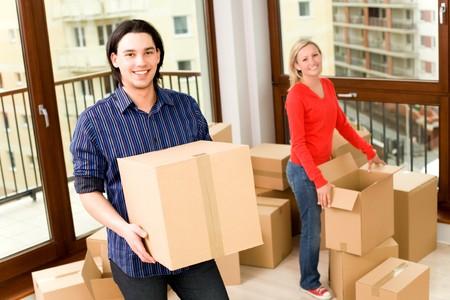 uitpakken: Paar Moving Into New Home Stockfoto