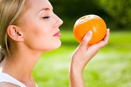 Mujer con una naranja