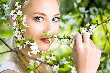 Mujer de flores en los árboles