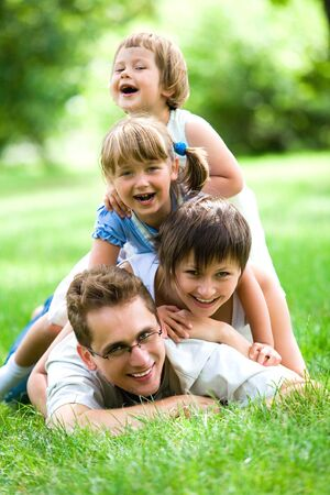 lying in grass: La familia se extiende sobre la hierba