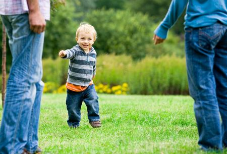 enfant qui court: Enfant qui court pour les parents Banque d'images