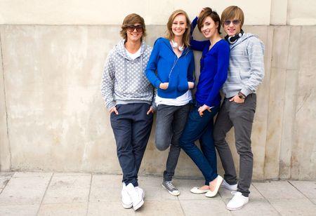 adolescentes riendo: Grupo de j�venes amigos