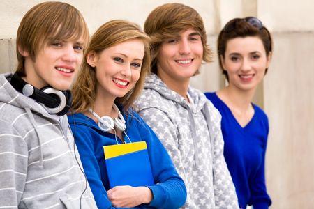 Cuatro jóvenes adolescentes