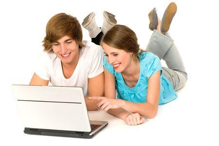 usando computadora: Joven pareja acostado en el suelo utilizando el port�til