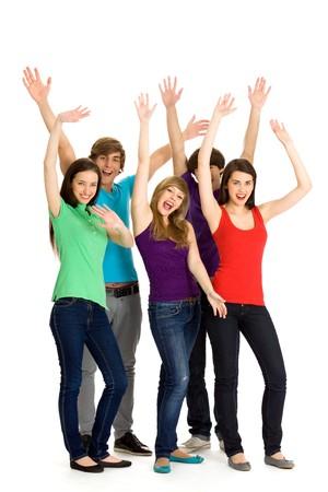 adolescentes riendo: Grupo de amigos emocionados