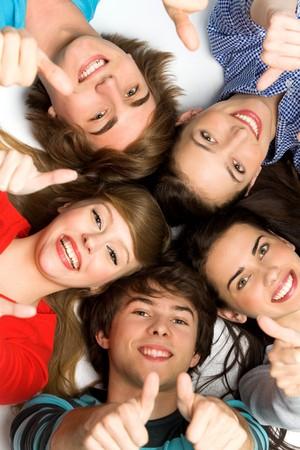 adolescentes chicas: Amigos con pulgares arriba Foto de archivo