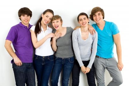 adolescentes riendo: Young sonriente amigos