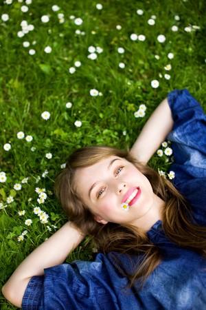 perezoso: Chica tumbado en la hierba