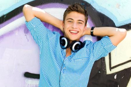 jeune mec: Jeunes gars pench�e sur le mur de graffitis