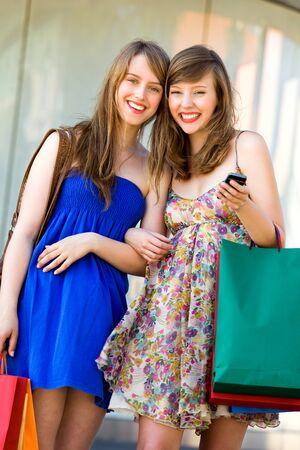 adolescentes riendo: Amigos de compras juntos  Foto de archivo