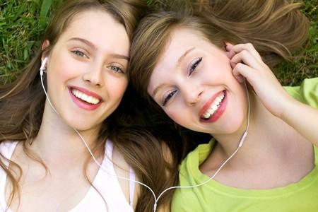 amistad: Ni�as con reproductor mp3