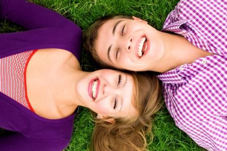 adolescentes riendo: Feliz pareja joven
