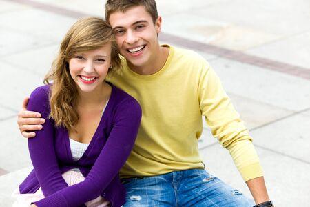 adolescentes chicas: Pareja joven abrazando