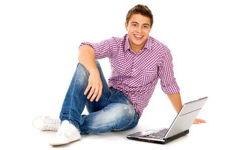 Junger Mann, sitzend mit laptop