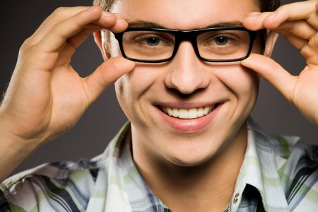 glass eye: Joven que usan gafas  Foto de archivo