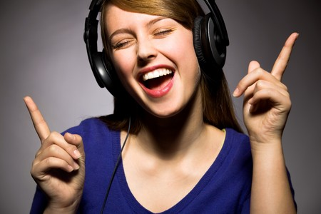 singing girl: Ni�a con auriculares