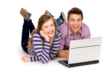 Pareja adolescente usando portátil