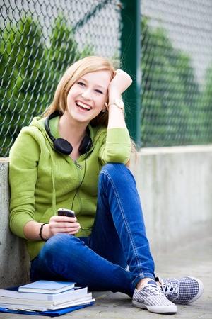 baloncesto chica: Adolescente sentados al aire libre