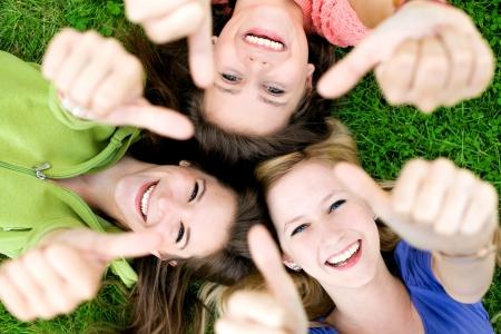 mujeres felices: Amigos con los pulgares hacia arriba