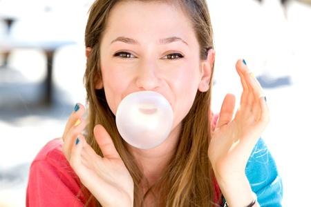 -Guma do żucia: Młoda dziewczyna dmuchanie gumy balonowej
