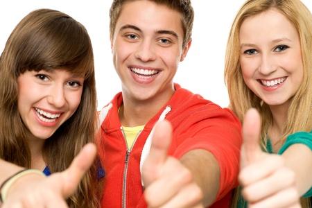adolescentes riendo: Amigos con los pulgares hacia arriba
