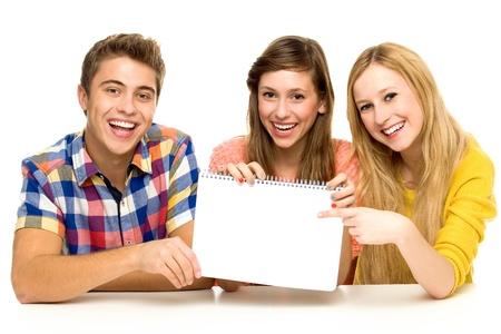 Grupo de amigos celebración de papel en blanco