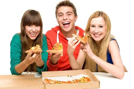 hombre comiendo: Tres amigos comiendo pizza Foto de archivo