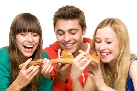 gente comiendo: Tres amigos comiendo pizza Foto de archivo