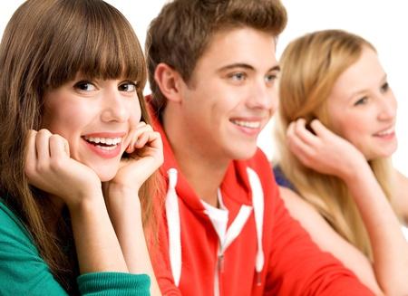 adolescentes riendo: Grupo casual en una fila