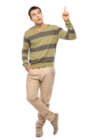 hombres guapos: Hombre joven apuntando hacia arriba