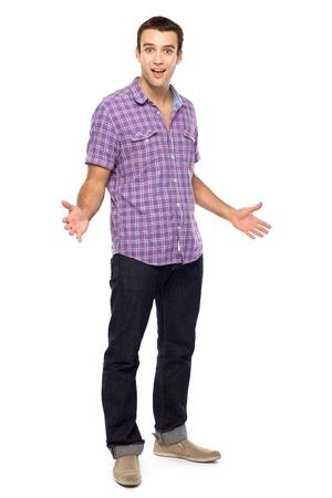 cuerpo completo: Casual hombre joven haciendo un gesto