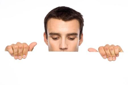 Hombre mirando hacia abajo en un tablero blanco