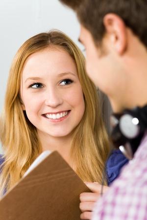pareja de adolescentes: Estudiante de sonreír Foto de archivo