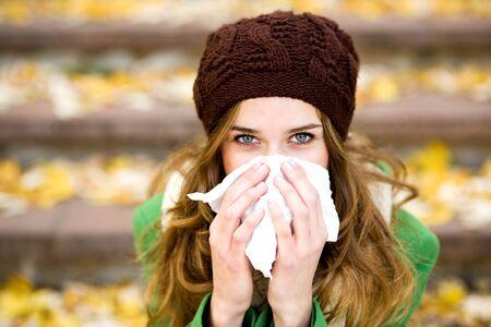 gripe: Mujer con un resfriado