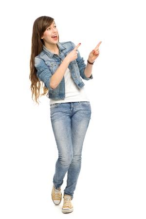 cuerpo entero: Mujer joven señalando