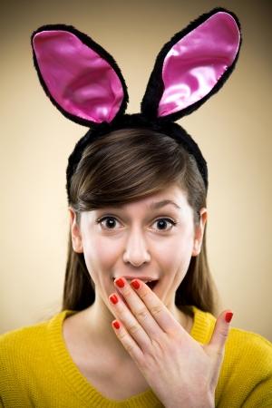 ostern lustig: Frau tr�gt Hasenohren