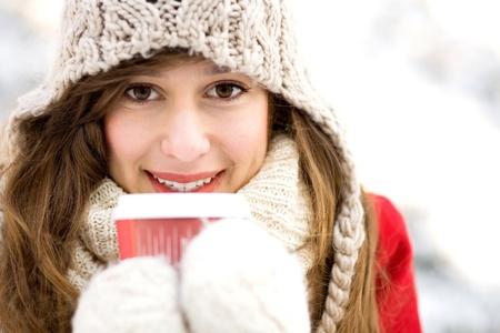 caf� � emporter: Femme tenant un caf� chaud le jour d'hiver