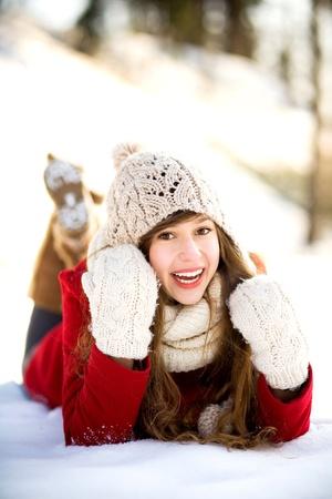 Mujer joven tendido en la nieve Foto de archivo - 12377205