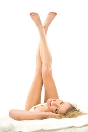 benen: Vrouw liggend op bed met de benen omhoog