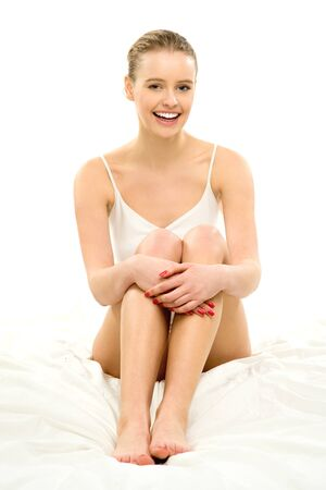 jungen unterwäsche: Junge Frau in Unterwäsche sitzt auf dem Bett